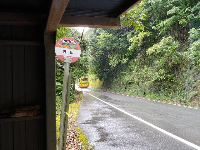 宮川のバス停で雨宿り